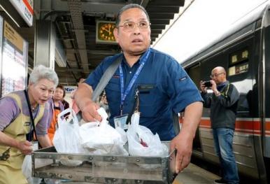 日本站立叫卖车站便当60年 老夫妻的松茸饭 5月底就没啦